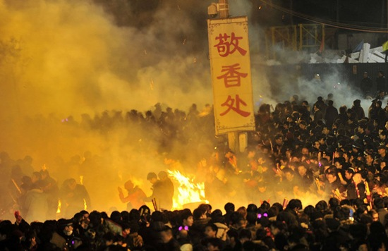 550,000 people squeezed into temple to burn incense on Cai