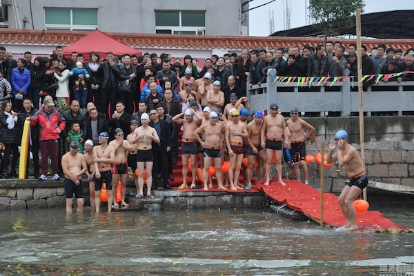 On February 17, more than 50 owners of leather shoe factories swam in East River in Wenzhou in an attempt to prove that their factories weren't polluting the river.